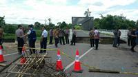 Jalur menuju Jembatan Enim Tiga ditutup karena jalannya ambles (Liputan6.com/Nefri Inge)