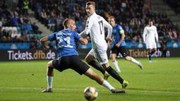 Gelandang Jerman, Marco Reus, berusaha melewati bek Estonia, Nikita Baranov, pada laga Kualifikasi Piala Eropa 2020 di Talinn, Minggu (13/10). Estonia kalah 0-3 dari Jerman. (AFP/Janek Skarzynski)