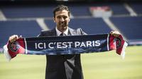Kiper anyar Paris Saint-Germain (PSG), Gianluigi Buffon, saat diperkenalkan di Stadion Parc des Princes, Paris, Senin (9/7/2018). PSG resmi perkenalkan Gianluigi Buffon sebagai rekrutan baru. (AP/Jean-Francois Badias)