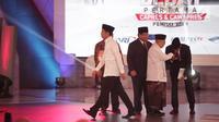 Cawapres nomor urut 02 Sandiaga Uno mencium tangan Cawapres nomor urut 01 Ma'ruf Amin saat Debat Perdana Capres 2019 di Gedung Bidakara, Pancoran, Jakarta Selatan, Kamis (17/1). (Liputan6.com/Faizal Fanani)