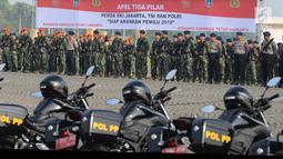 Prajurit TNI dan Polri mengikuti apel tiga pilar pengamanan pemilu serentak di Lapangan Monas, Jakarta, Rabu (27/2). Pemprov DKI menggelar apel siaga pengamanan Pemilu 2019 pada 17 April  mendatang bersama Polri dan TNI. (Merdeka.com/Imam Buhori)