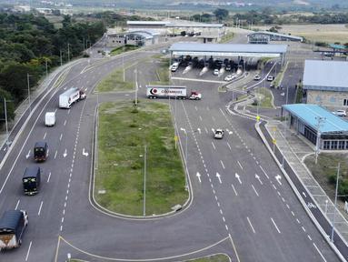Truk-truk bantuan kemanusiaan untuk Venezuela menuju Jembatan Tienditas di perbatasan Kolombia-Venezuela, Cucuta, Kolombia, Kamis (7/2). Truk berisi makanan dan obat-obatan. (Edinson ESTUPINAN/AFP)