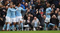 Para pemain Manchester City merayakan gol Sergio Aguero ke gawang Burnley. City dan Burnley bentrok pada laga pekan kesembilan Liga Inggris 2017/2018 di Stamford Bridge, Sabtu (21/10/2017). (Oli SCARFF / AFP)