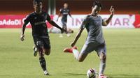 Pemain Persib Bandung, Ezra Walian (kanan) menendang bola ke arah gawang Persita Tangerang, dalam pertandingan Babak Penyisihan Grup D Piala Menpora 2021 di Stadion Maguwoharjo, Sleman. Senin (29/3/2021). (Bola.com/Ikhwan Yanuar)