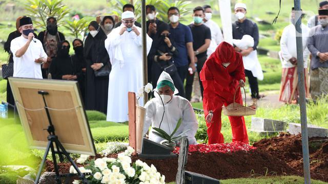 FOTO: Suasana Pemakaman Rina Gunawan di TPU Tanah Kusir