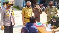 Warga Pekanbaru kena denda karena tidak menggunakan masker saat razia protokol kesehatan. (Liputan6.com/M Syukur)