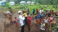 Presiden Jokowi menggendong seorang anak saat berkunjung ke Kabupaten Asmat, Papua (Liputan6.com/ Hanz Jimenez Salim)