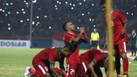 Dua pemain Timnas Indonesia U-19 asal Papua, Todd Rivaldo Ferre dan David Kevin Wato Rumakiek berpelukan merayakan gol ke gawang Singapura. (Bola.com/Aditya Wany)