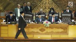 Ketua DPR RI  Bambang Soesatyo berjalan bersiap memberikan pidato pertama usai dilantik menjadi ketua DPR RI di DPR RI, Jakarta, Senin (15/1). Bambang Soesatyo resmi menjadi Ketua DPR dengan masa jabatan 2014-2019. (Liputan6.com/Angga Yuniar)
