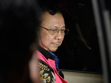 Mantan Dirut PT Asuransi Jiwasraya Hendrisman Rahim memasuki mobil tahanan usai pemeriksaan di gedung KPK, Jakarta, Senin (20/1/2020). Hendrisman yang merupakan tahanan Kejaksaan Agung diperiksa di KPK usai ditetapkan sebagai tersangka kasus dugaan korupsi dana investasi. (merdeka.com/Dwi Narwoko)