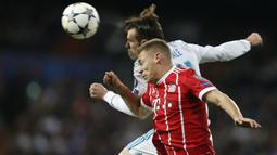 Duel pemain Real Madrid, Gareth Bale dan pemain  Bayern, Joshua Kimmich (depan) pada leg kedua semifinal Liga Champions di Santiago Bernabeu stadium, Madrid, (1/5/2018). Madrid bermain imbang 2-2. (AP/Francisco Seco)