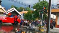 Insiden pembakaran tujuh motor mewarnai pertandingan semifinal turnamen sepak bola Piala Gubernur Jawa Timur antara Persebaya Surabaya dengan Arema Malang pada Selasa (18/2/2020).