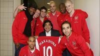 Maradona berpose dengan skuat Arsenal pada tahun 2008. (Daily Mail)
