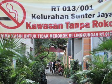 Warga beraktivitas di salah satu gang Program Kampung Iklim (Proklim) RW 01, Sunter Jaya, Jakarta, Kamis (7/2). Pemkot Jakut menjadikan kawasan ini sebagai kampung contoh yang akan diterapkan di 31 kelurahan di Jakut. (Merdeka.com/Iqbal S. Nugroho)