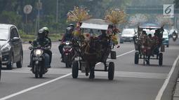 Pengunjung berkeliling naik delman hias di Monumen Nasional (Monas), Jakarta, Sabtu (15/6/2019). Sebelumnya delman hias tersebut dilarang kini beroperasi kembali, delman tersebut mengenakan tarif pada pengunjung bervariasi untuk berkeliling di luar IRTI Monas. (merdeka.com/Imam Buhori)