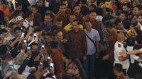 Presiden Joko Widodo atau Jokowi mendatangi Plaza Atrium, Jakarta, Minggu (1/5) malam. Kedatangan Jokowi dalam rangka penutupan pameran foto relawan Jokowi, yang dikemas dalam 'Kaleidoskop Perjuangan Relawan Jokowi'. (Liputan6.com/Herman Zakharia)