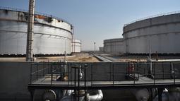 Pemandangan tangki bahan bakar yang rusak di sebelah utara Jeddah, Arab Saudi, 24 November 2020. (Xinhua/Tu Yifan)
