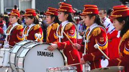 Pemandu sorak Korea Utara memainkan drum saat menyambut atlet asal negaranya di Desa Olimpiade, Gangneung, Korea Selatan, Kamis (8/2). (JUNG Yeon-Je / AFP)