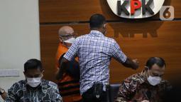 Pemilik PT AMS, Kiagus Emil Fahmy Cornain (kedua kiri) jelang rilis penetapan dan penahanan tersangka di Gedung KPK, Jakarta, Kamis (20/5/2021). Kiagus Emil ditahan terkait dugaan korupsi pembayaran kegiatan fiktif agen PT Asuransi Jasa Indonesia tahun 2010-2014 (Liputan6.com/Helmi Fithriansyah)