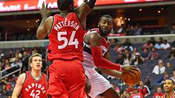Aksi pemain Washington Wizards, John Wall (kanan) saat melewati hadangan pemain Toronto Raptors, Patrick Patterson #54 pada laga NBA Preseason di Verizon Center, Ssabtu (22/10/2016) WIB. (Mandatory Credit: Brad Mills-USA TODAY Sports)