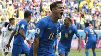 Gelandang Brasil, Philippe Coutinho, melakukan selebrasi usai mencetak gol ke gawang Kosta Rika pada laga Piala Dunia di Stadion Saint-Petersburg, Jumat (22/6/2018). Brasil menang 2-0 atas Kosta Rika. (AP/Petr David Josek)