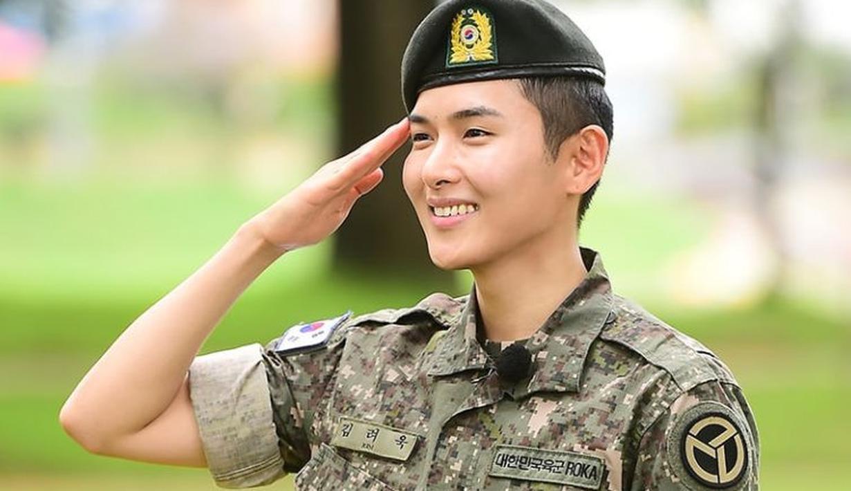Setelah dua tahun menjalani tugas wajib militer, akhirnya Ryeowook menyelesaikannya pada 10 Juli lalu. Saat keluar dari wamil, ia disambut oleh para penggemar dan personel Super Junior. (Foto: soompi.com)
