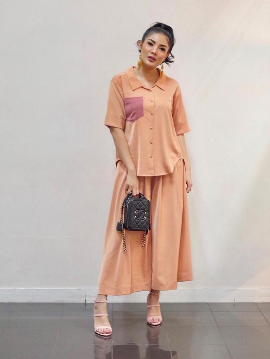 Sebagai salah seorang fashion ikon, Nindy terus tampil up-to-date dengan tren fashion dan aksesori terbaru, seperti tas. Berikut koleksi tas dari sling bag sampai shoulder bag yang jadi tren tas tahun 2021 (Foto: Instagram @nindyayunda)