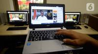 Menhub Budi Karya Sumadi memberikan keterangan melalui live streaming setelah Rapat Terbatas yang dipimpin Presiden Joko Widodo di Jakarta, Senin (27/4/2020). Budi Karya yang sudah sembuh dan dinyatakan negatif dari covid-19 sedang menjalani isolasi mandiri di rumahnya. (merdeka.com/Dwi Narwoko)