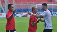 Sofie Imam Faizal (kiri), menjadi asisten Kurniawan Dwi Yulianto di Sabah FA. (Bola.com/Iwan Setiawan)