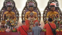 Warga keturunan Tionghoa melakukan sembahyang saat perayaan Tahun Baru Imlek 2572 di Vihara Dharma Bhakti, Glodok, Jakarta, Jumat (12/2/2021). Perayaan Imlek tahun ini, pengurus vihara melakukan pembatasan pengunjung dan tetap mengikuti protokol kesehatan COVID-19. (merdeka.com/Imam Buhori)