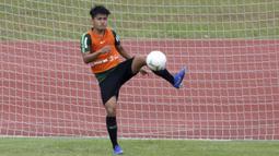 Pemain Timnas Indonesia U-22, Witan Sulaeman, menahan bola saat latihan di Stadion Madya, Jakarta, Jumat (18/1). Latihan ini merupakan persiapan jelang Piala AFF U-22. (Bola.com/Yoppy Renato)
