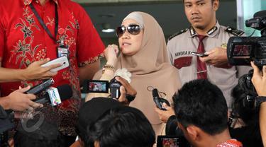 Artis Meidiana Hutomo usai dimintai keterangan oleh Penyidik KPK di Jakarta, Jumat (29/5/2015). Mediana Hutomo diperiksa sebagai saksi atas tersangka mantan Menteri Kesehatan, Siti Fadilah Supari . (Liputan6.com/Helmi Afandi)