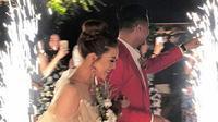 Setelah keduanya resmi sebagai pasangan suami-istri, Keenan dan Ghyan pun menggelar resepsi berkonsep pesta kebun yang terbilang sederhana namun hangat kekeluargaan. (Instagram/keenan.ghyan)