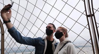 Para pengunjung berswafoto dari puncak Menara Eiffel di Paris, Prancis (15/7/2020). Puncak Menara Eiffel dibuka kembali untuk umum pada Rabu (15/7) setelah ditutup selama lebih dari tiga bulan karena COVID-19. (Xinhua/Gao Jing)