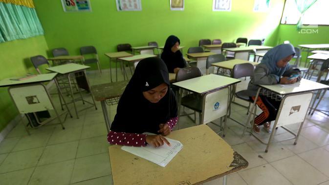 Seorang siswi melihat daftar siwa yang masuk pada hari pertama sekolah di SMP Negeri 6 Palu, Sulawesi Tengah, Senin (8/10). Pascagempa dan tsunami Palu, pihak sekolah melakukan pendataan untuk mengetahui jumlah siswa sekolah. (Liputan6.com/Fery Pradolo)