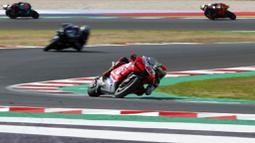 Pembalap Pramac Racing, Francesco Bagnaia, saat memimpin balapan MotoGP Emilia Romagna di Sirkuit Misano, Italia, Minggu (20/9/2020). Bagnaia yang sempat memimpin balapan gagal menjadi juara setelah terjatuh pada lap ke-21. (AP/Antonio Calanni)