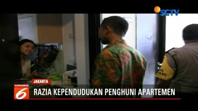 Tim gabungan Dinas Kependudukan Pemprov DKI, TNI, dan Polri razia identitas penghuni apartemen di kawasan Srengseng, Jakarta Barat.