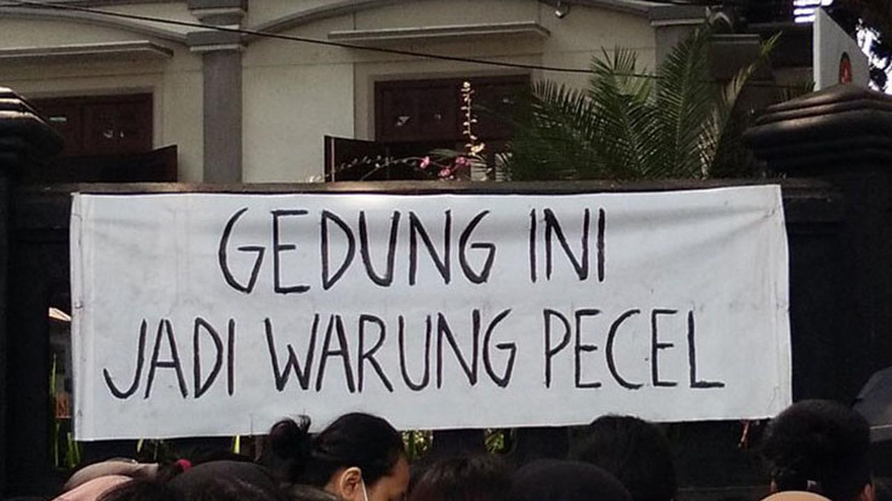 Poster Lucu demo undang-undang