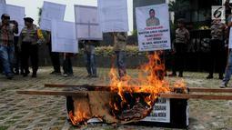 Aktivis Gema Tapteng membakar keranda mayat saat unjukrasa di depan gedung KPK, Jakarta, Rabu (16/5). Mereka mendesak pimpinan KPK segera mengusut sengketa Pilkada Tapanuli Tengah 2011 lalu. (Merdeka.com/Dwi Narwoko)