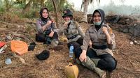 Tiga polisi wanita di Polres Indragiri Hilir yang sudah satu pekan lebih memadamkan kebakaran lahan. (Liputan6.com/M Syukur)