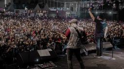 Grup band lawas asli Jawa Timur ini tampil menghebohkan panggung opening ceremony Jatim Fair 2019 di Grand City, Selasa (9/10/2019). Para pejabat dan jajaran tamu undangan tampak begitu terhibur dengan penampilan Padi. (Liputan6.com/IG/@jatimfair)