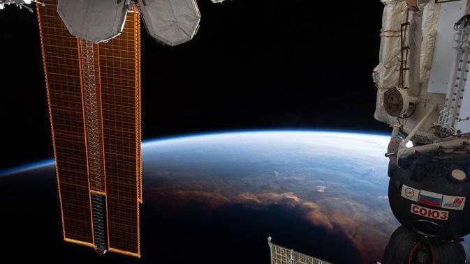 Penampakan siang dan malam di Bumi dari antariksa. (NASA/Christina H Koch)
