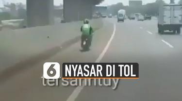 Beredar video pengendara ojek online masuk ke dalam tol. Kejadian ini terjadi di Jalan Tol Jakarta-Cikampek.
