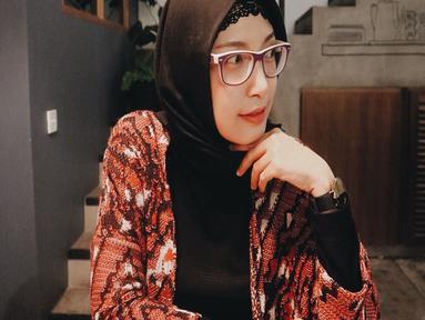 Natly mantan anggota girlgrup 7icons kini tampak nyaman gunakan hijab. beberapa foto yang ia posting di Instagram pribadinya, kini ia lebih sering menggunakan hijab. (Liputan6.com/Instagram/@natly88)
