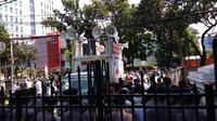 Puluhan masyarakat dari FPI dan Jawara Betawi demo di Balai Kota terkait rencana Pemprov DKI lepas saham PT Delta Djakarta Tbk.