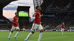 Striker Manchester United, Anthony Martial, merayakan gol yang dicetaknya ke gawang Wolverhampton pada laga Premier League di Stadion Molineux, Wolverhampton, Senin (19/8). Kedua klub bermain imbang 1-1. (AFP/Paul Ellis)