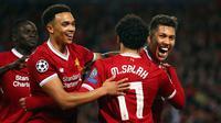 Pemain Liverpool, Roberto Firmino berselebrasi setelah mencetak gol ke gawang AS Roma pada laga leg pertama semifinal Liga Champions 2017-2018 di Anfield, Selasa (24/4). Liverpool mengalahkan AS Roma di kandang sendiri dengan skor 5-2. (AP/Dave Thompson)