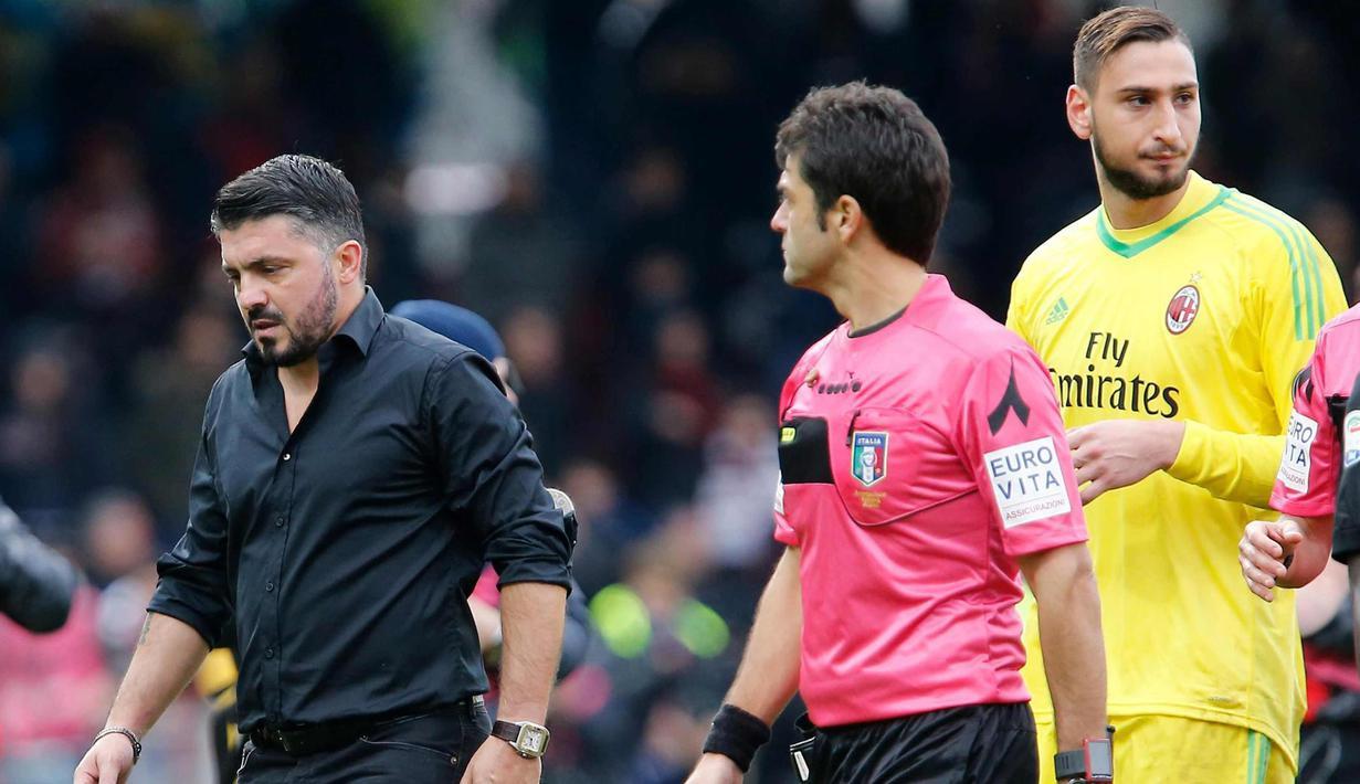 Pelatih AC Milan, Gennaro Gattuso (kiri) tertunduk lesu usai pertandingan melawan Benevento pada lanjutan Liga Serie A Italia di Italia (3/12). Dalam debutnya Gattuso hanya membawa Milan bermain imbang Benevento. (Mario Taddeo/ANSA via AP)