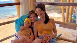 Beberapa kali penampilam kasual Farah Quinn terlihat senada dengan putra-putrinya. Ketiga juga sering menghabiskan waktu liburan bersama di tepi pantai di beberapa negara.(Liputan6.com/IG/@farahquinnofficial)