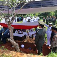 Setelah jenazah diserahkan oleh keluarga, almarhum Amoroso Katamsi langsung di salatkan dan dimakamkan secara militer. Suasana haru warnai pemakaman aktor 79 tahun itu. (Nurwahyunan/Bintang.com)